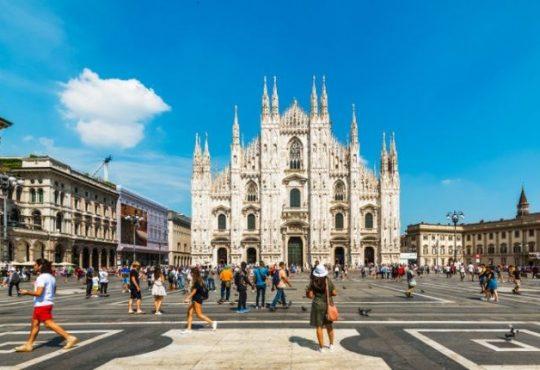Il Comune di Milano cerca uno sponsor per le aiuole in piazza Duomo