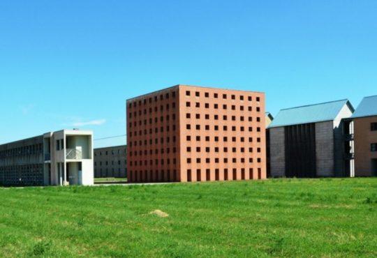 """Aldo Rossi: chi era il """"poeta che sembra(va) essere un architetto"""""""
